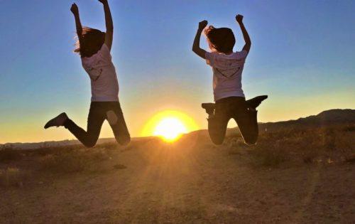 アメリカのモニュメントバレーで太陽に向かってジャンプ!